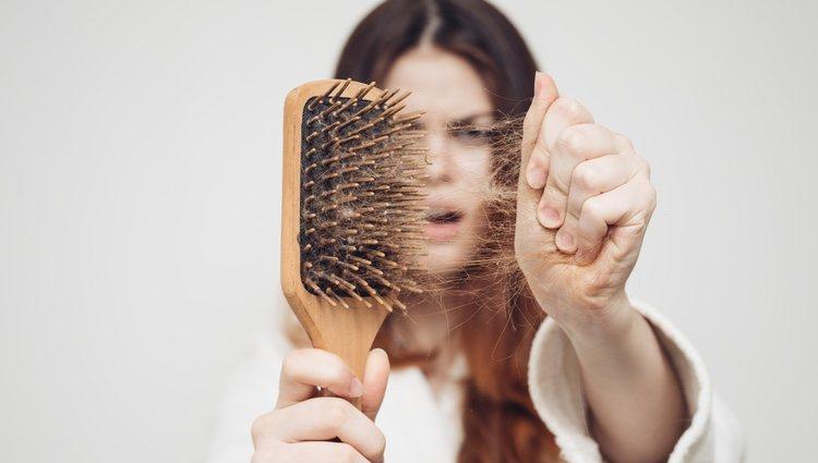 Cuando los medicamentos alteran el ciclo normal de vida del cabello,  se produce una caída brusca y masiva del pelo