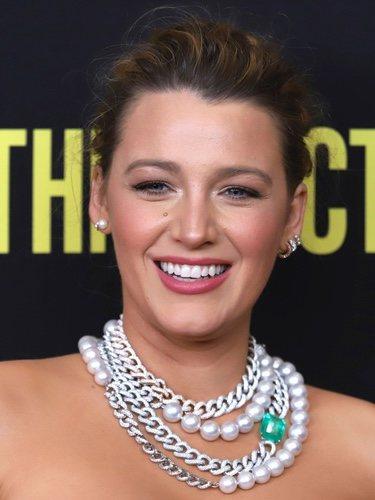 Blake Lively con un collar excesivo