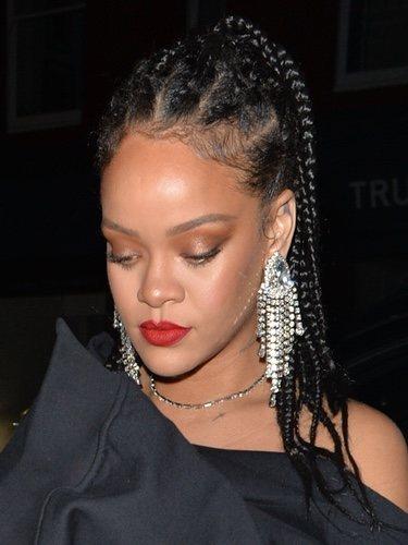 Rihanna luce un maquillaje efecto glowy