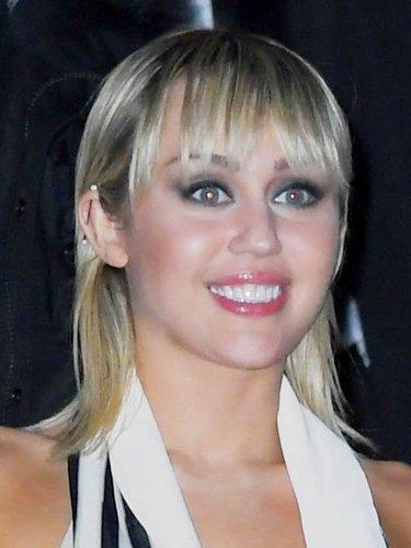 Miley Cyrus patina con su beauty look