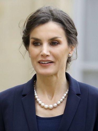 Perlas por doquier en el look de la Reina Letizia