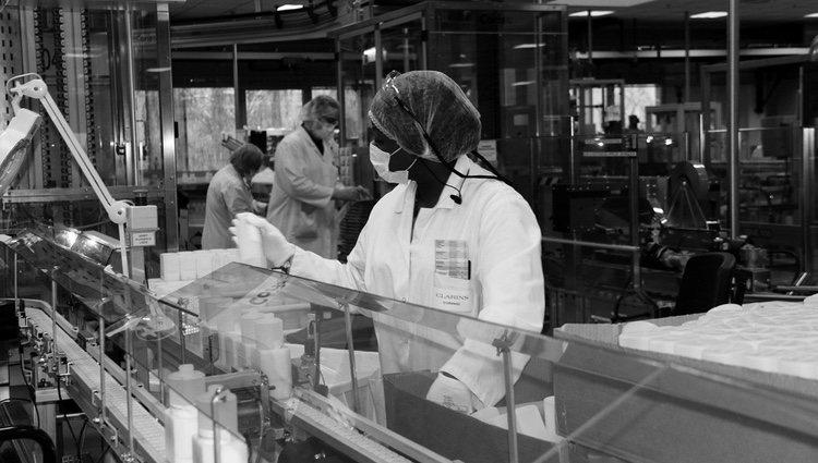 Trabajadores de Clarins fabricando geles hidroalcohólicos