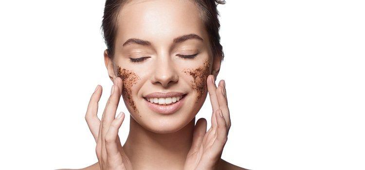 Aplícate el exfoliante sobre el rostro limpio y masajea tu rostro con movimientos circulares