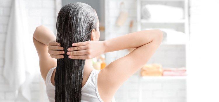 Aplica el aceite de coco dando un masaje de raíz a puntas
