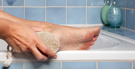 Frota tus talones con la piedra pómez durante la ducha