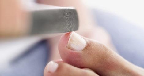 Lima tus uñas para dejarlas lisas