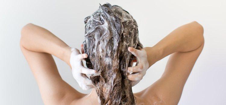 Hay que lavarse el cabello con agua tibia y enjuagarlo con agua fría