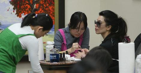 Kim Kardashian haciéndose la manicura