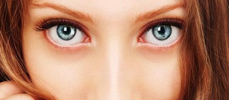 Usa un tono marrón para marcar la raya del ojo