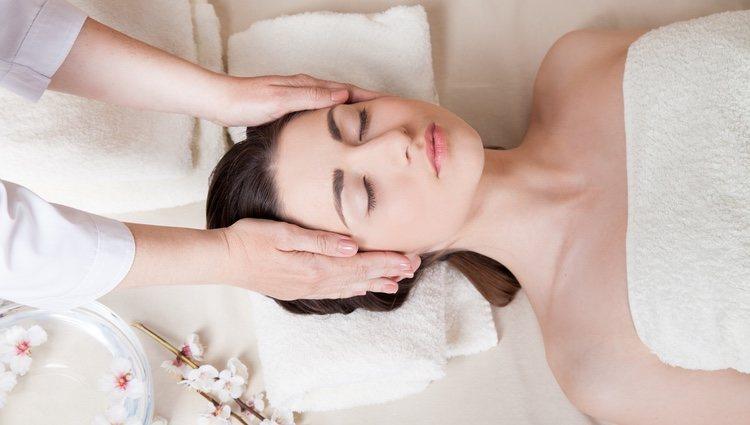 Un masaje que dura alrededor de 15 minutos y relaja cabeza y hombros