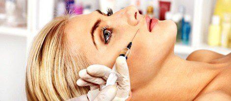 El proceso consiste en inyectar Ácido Hialurónico e Hidroxiapatita en la zona a tratar