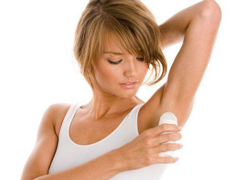 Los desodorantes comerciales contienen productos químicos perjudiciales