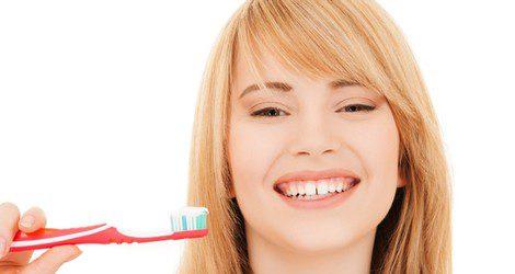 Usa un cepillo de dientes para exfoliar tus labios
