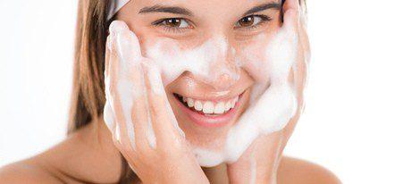 Limpia a fondo tu rostro cada día para evitar el acné