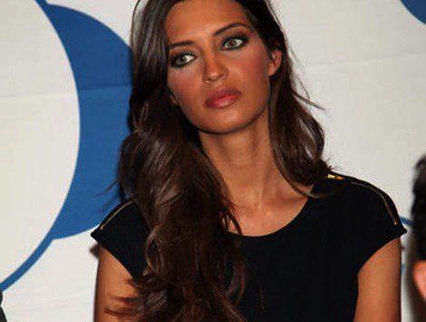 Sara Carbonero con el pelo largo y ondas marcadas
