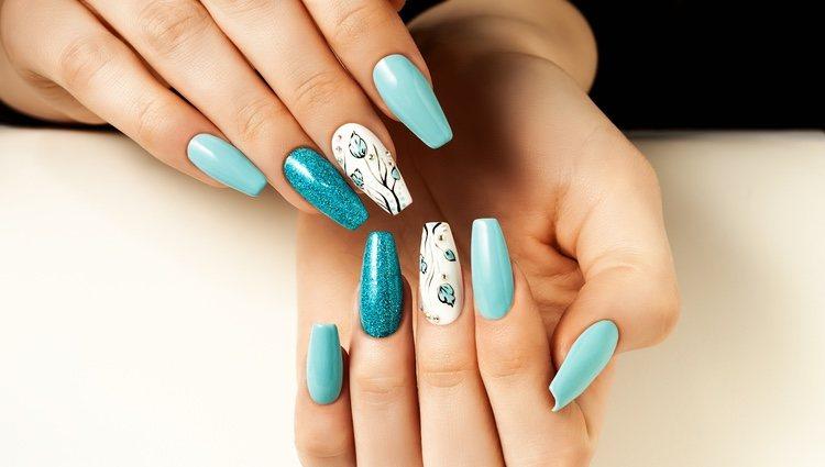 Las uñas de acrílico requieren productos más especiales