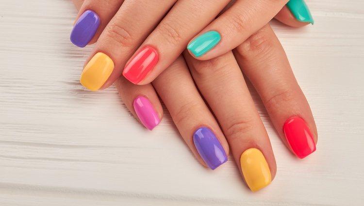 Puedes apostar por una manicura multicolor