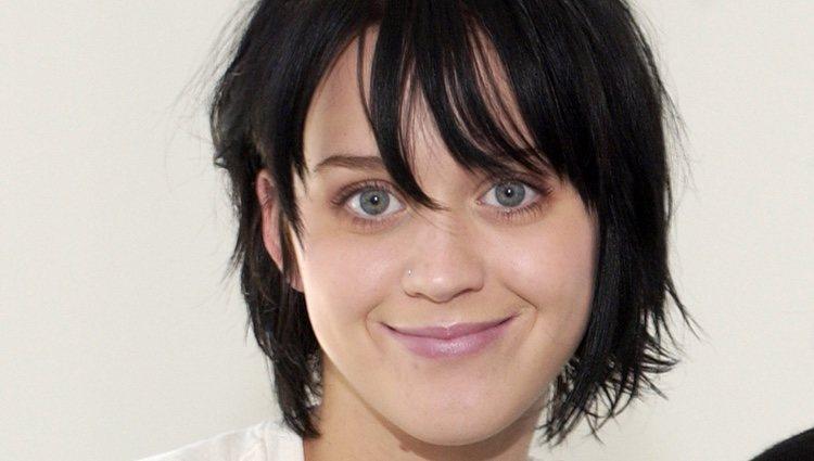 Cejas ultrafinas de una joven Katy Perry, han definido la moda durante décadas y amenazan con volver