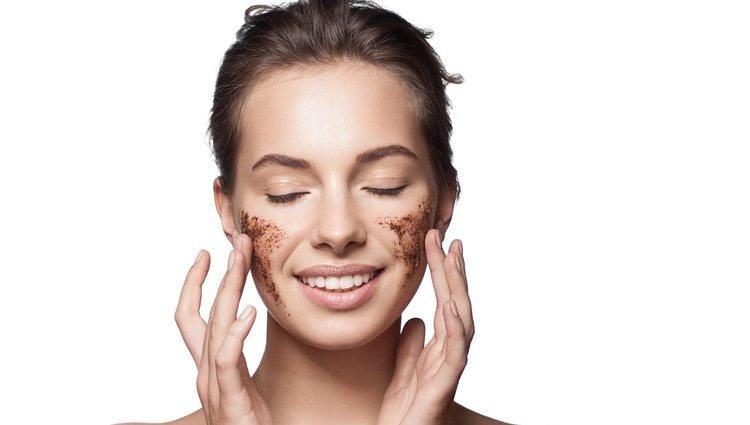 La exfoliación es imprescindible para una buena limpieza facial