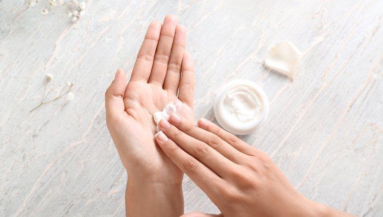 Aplica crema hidratante de forma constante para evitar la sequedad