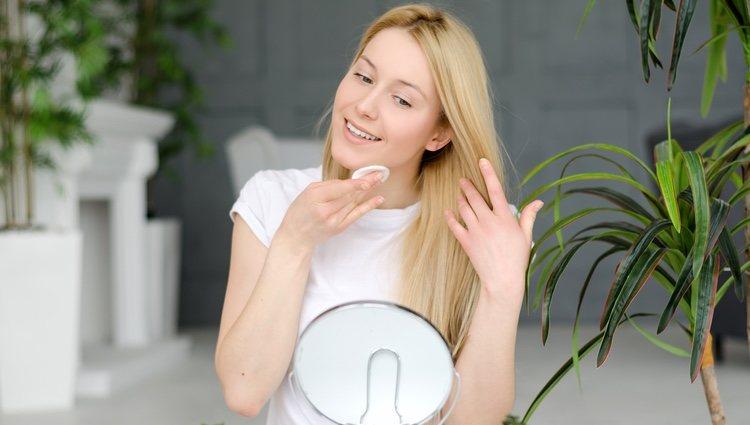 Se recomienda hacer la limpieza facial por la tarde/noche