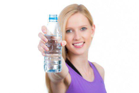 Procura beber de 1.5 a 2 litros de agua al día