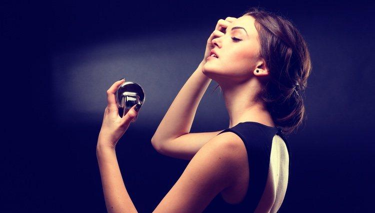 Lo más recomendable es aplicar con cierta distancia el perfume