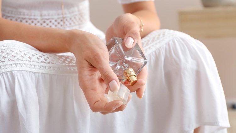 No te apliques perfume en las axilas, la cara o los genitales