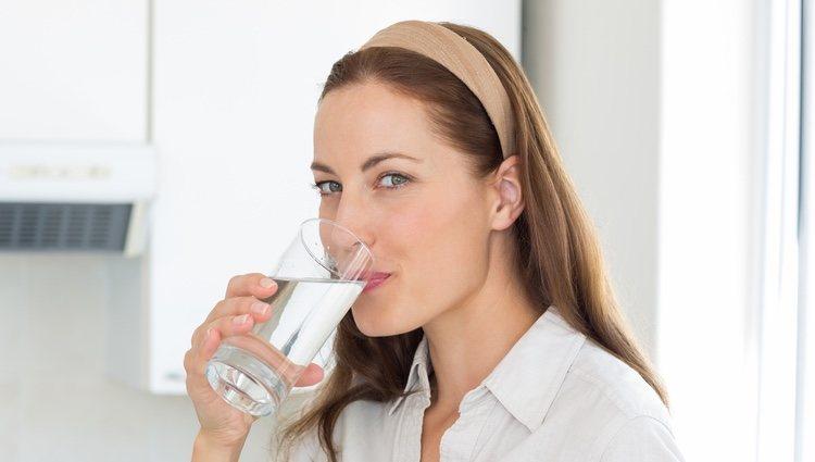 La hidratación de tu cuerpo también afecta a la salud de tu cabello