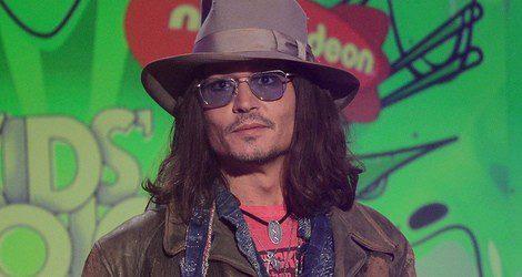 Johnny Depp con el pelo largo suelto