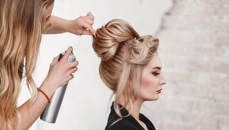 La laca como fijador del pelo
