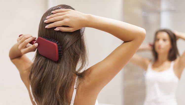 Cepilla tu pelo para eliminar los restos de laca