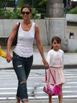 Katie Holmes con un look street style junto a su hija