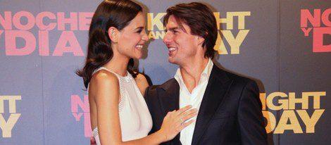 Katie Holmes junto a Tom Cruise en la alfombra roja