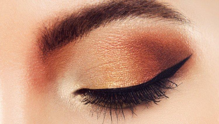 Lo primero es aplicar una base de maquillaje acorde a tu tono de piel