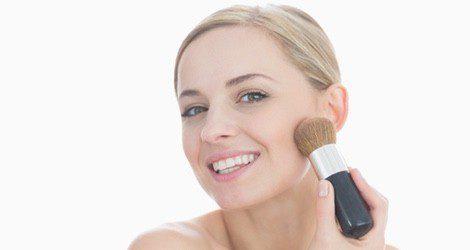 Aplica el colorete en la parte del hueso de la mejilla y después difumínalo hasta las sienes