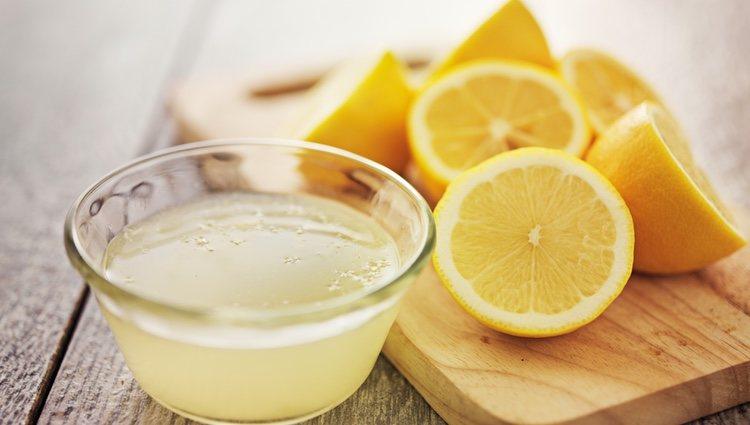 El agua tibia con limón es un aliado contra la pérdida de peso