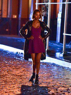 Jourdann Dunn con un vestido magenta en el rodaje de la campaña de Maybelline