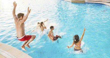 Mover las piernas en el agua hará que los músculos bombeen los líquidos hacia la vejiga