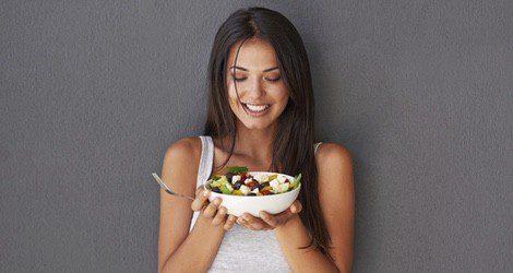 Llevar una rutina alimenticia saludable también es vital a la hora de eliminar líquidos