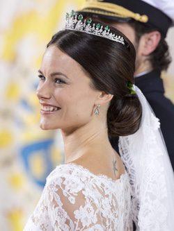 Sofia Hellqvist luciendo una tiara de oro blanco con diamantes en als puntas