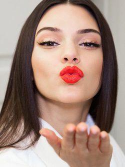 Kendall Jenner luce morritos para Estée Lauder / Instagram