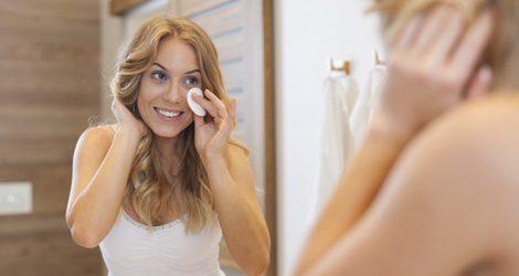 Es necesario mantener la piel limpia e hidratada y desmaquillarse todas las noches antes de acostarse