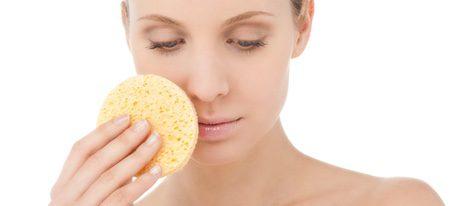 Utilizar leches desmaquillantes y retirarlas con esponja húmedas