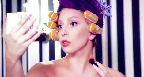 Lady Gaga, con rulos durante la nueva campaña de Shiseido
