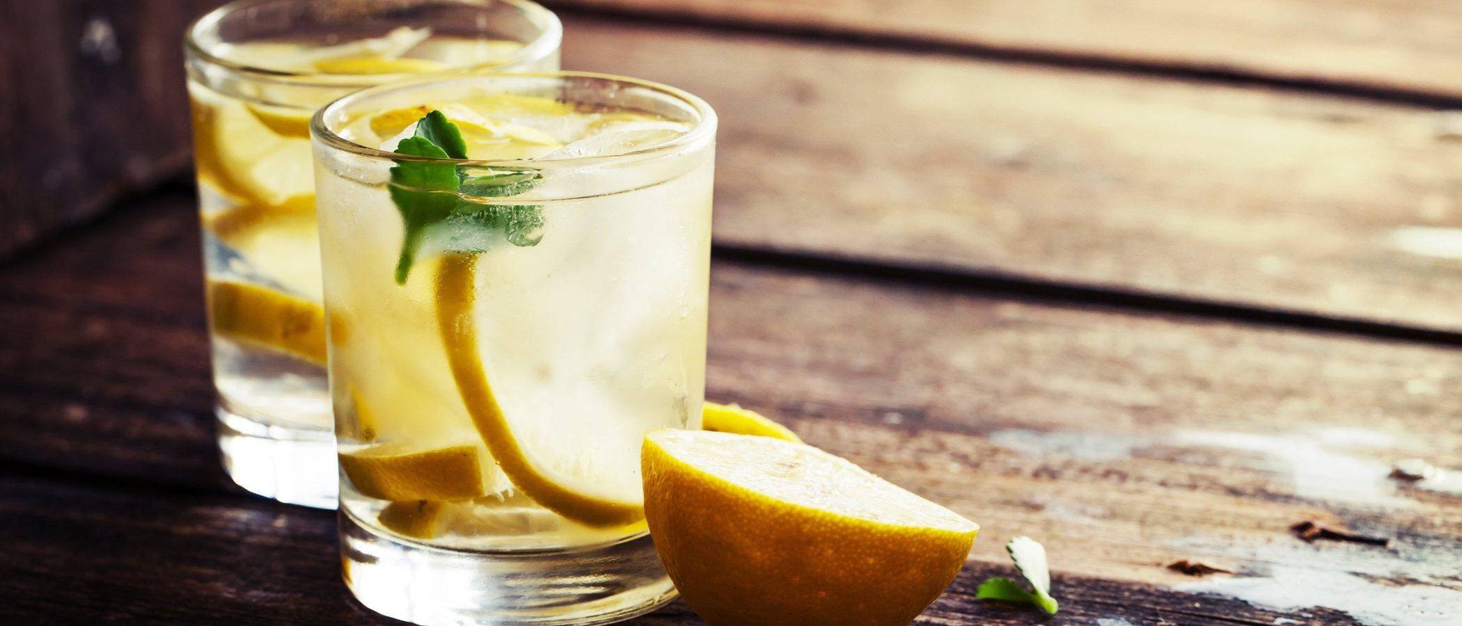 El agua tibia con limón, una fuente de belleza