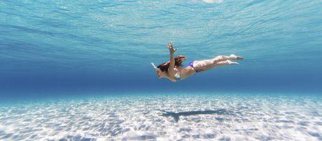 El agua salada está muy recomendada para muchos problemas de piel, además un baño en el mar es sano y natural