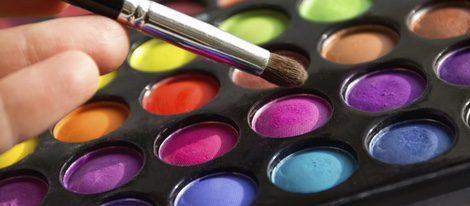 Los colores pasteles y neutros combinan bien con este tipo de ojos.