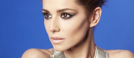 Cheryl Cole con mirada penetrante gracias a la máscra de pestañas False Lash Sculpt