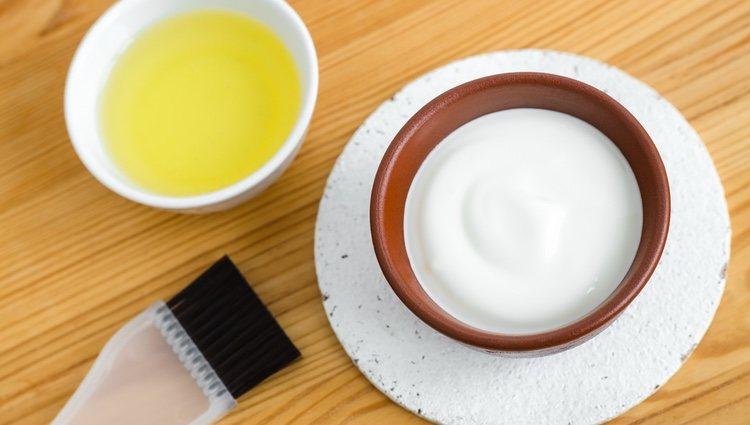 Con yogur y huevo puedes hacer una gran mascarilla para tu cabello